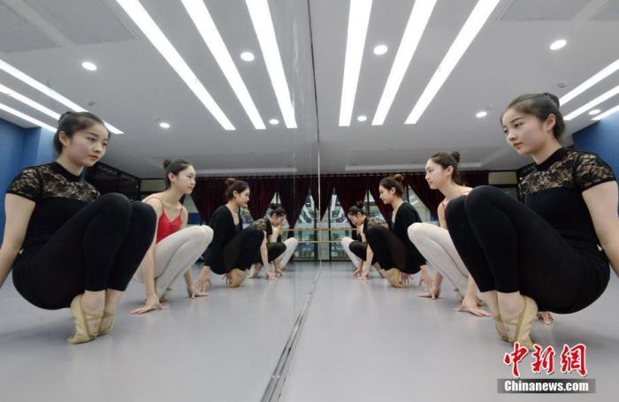 资料图:2019年11月,在河北省邯郸市一家舞蹈中心的练功房,艺考生在练习基本功。/p中新社发 郝群英 摄 图片来源:CNSPHOTO