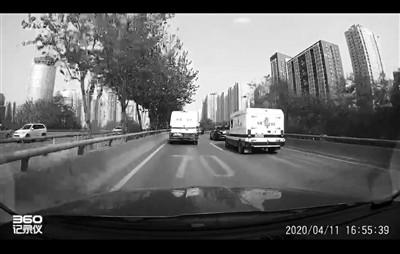 西安北二环上两辆运钞车飙车变道追逐,此前因逆行百米被举报