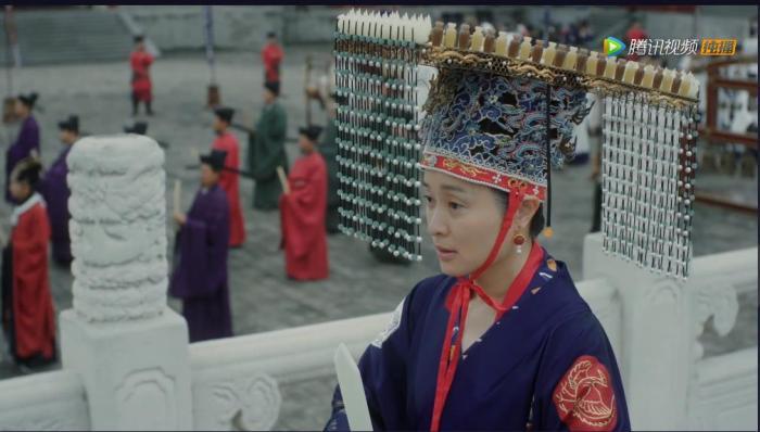 视频截图:刘太后身穿衮服
