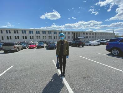 疫情下的美国纽约长岛,思言在超市外留影。