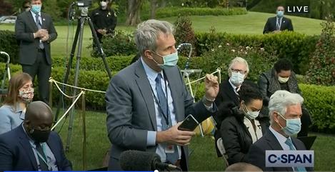 特朗普要求所有白宫人员佩戴口罩 自己出席记者会未戴口罩
