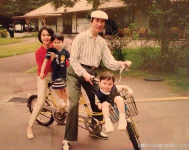 何猷君奚梦瑶守孝期间同游迪士尼,儿子在家,8个月大很难带他来