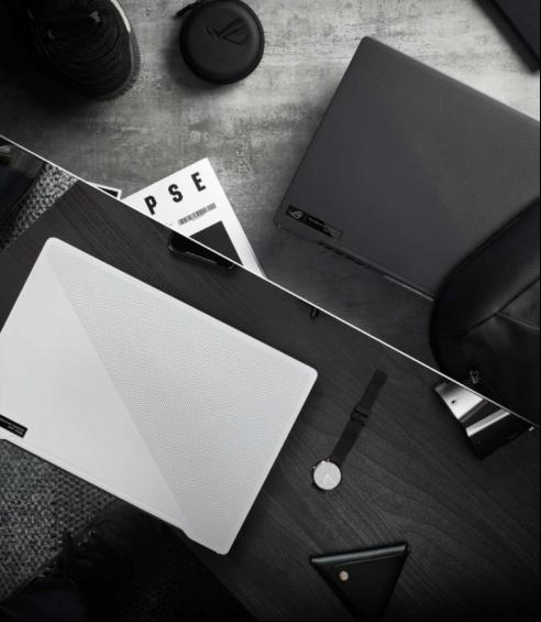 桌子上有黑色的电子产品描述已自动生成
