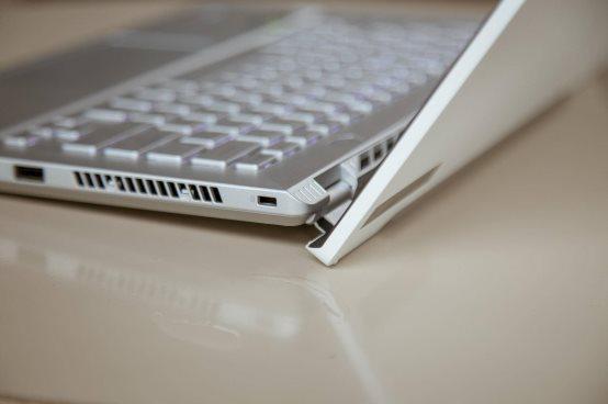白色的键盘描述已自动生成