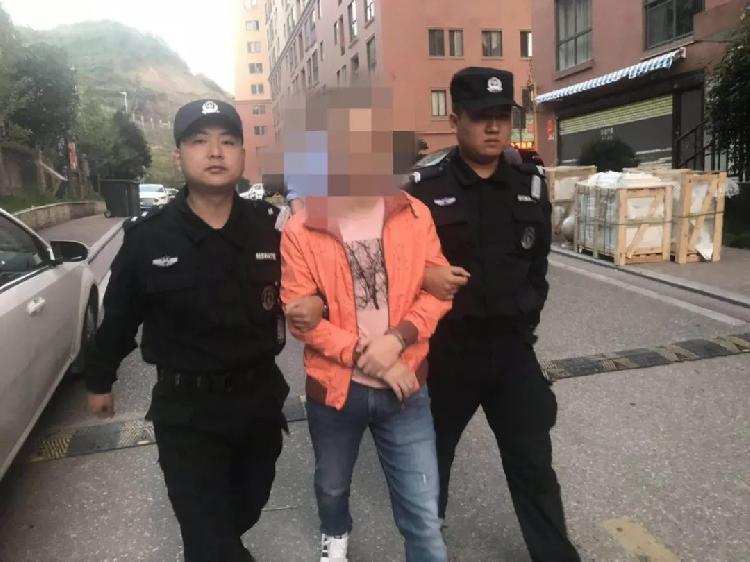 江西赣州警方突袭涉黄直播现场抓14人,有人男扮女装色情表演