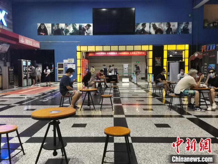 6月23日晚,万达影城石景山万达广场店,观众在等待零点场首映。/p中新网任思雨 摄