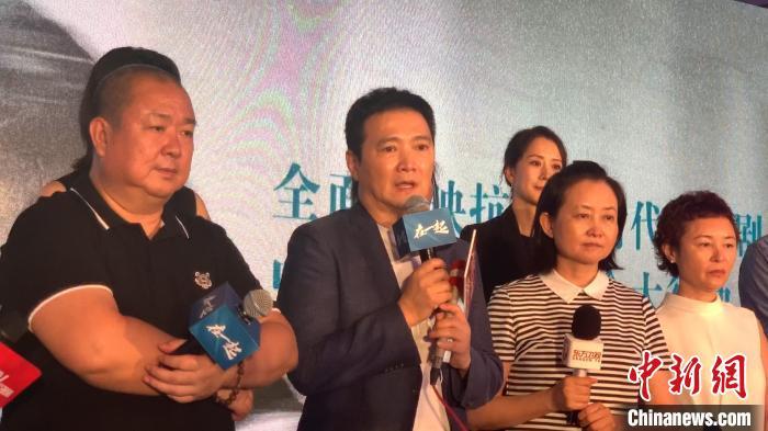 图为导演汪俊(第一排左二)。 徐银 摄