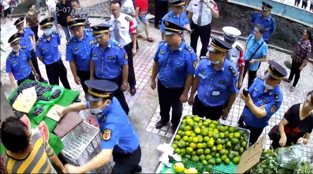 划伤城管被认定正当防卫女商贩:城管与商贩不是对立面