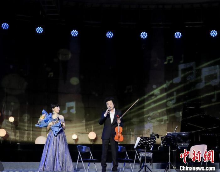 吕思清一上台就感谢了所有冒雨前来捧场的观众。主办方供图