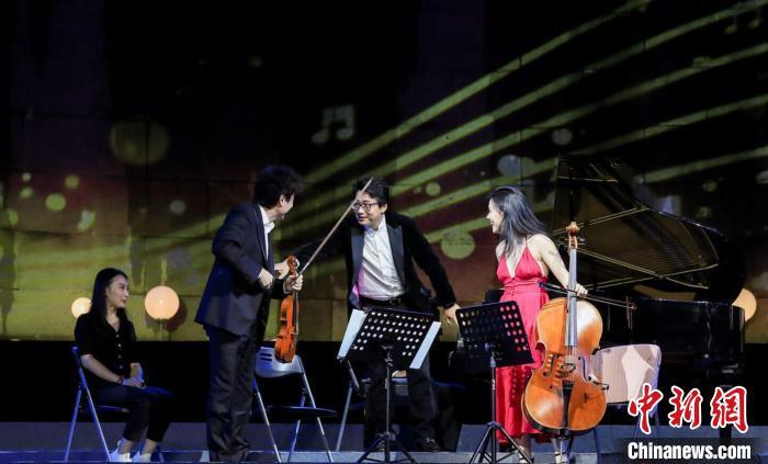 当晚,小提琴演奏家吕思清、大提琴演奏家秦立巍、钢琴演奏家孙颖迪以及00后新秀娜米萨·孙,为观众带来了一场难忘的视听盛宴。主办方供图