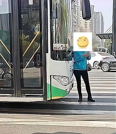 都是狠人!沈阳女子肉身拦公交,司机顶着她往前开赔偿1000元