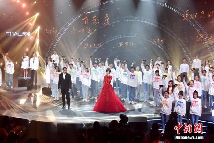 陈宝国万茜同台讲述自己的演艺经历。 郭立亮 摄
