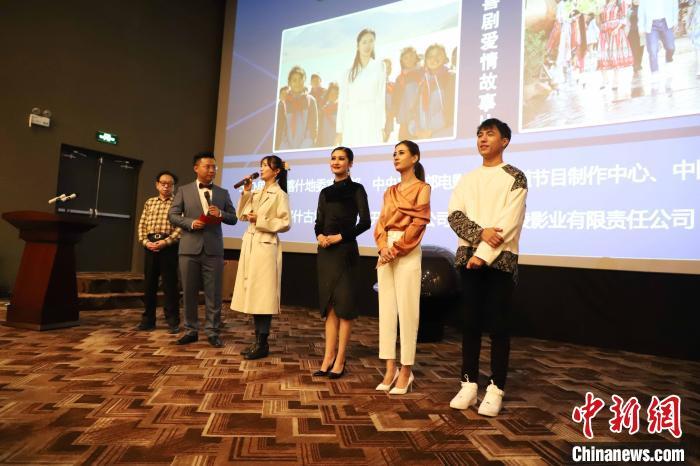 首映仪式现场,部分主创团队与观众见面。 胡嘉琛 摄