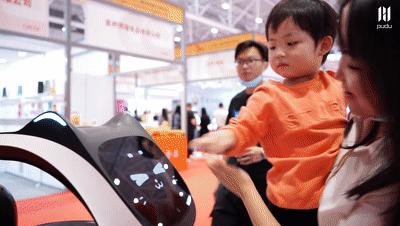 科技助力餐饮,普渡送餐机器人在餐博会上被众人围观!