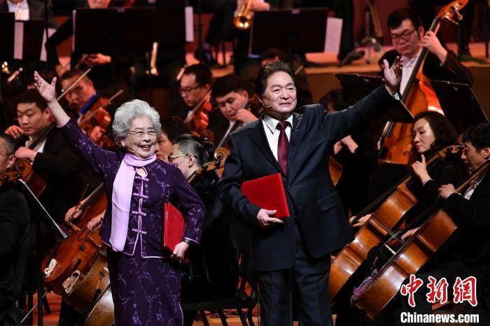 著名播音员虹云(左)与著名朗诵表演艺术家瞿弦和(右)。中国音协供图