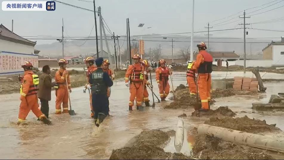宁夏中卫一蓄水池决堤,10余户群众和数百只羊被困