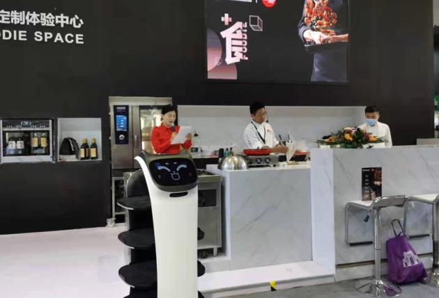 """普渡机器人""""贝拉""""惊喜亮相世界食品(深圳)博览会"""