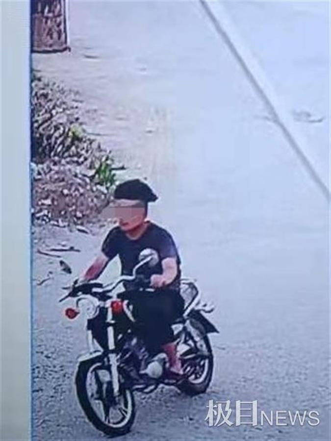 广东一男子骑摩托撞倒女童后逃逸,被追上后仍偷偷溜走