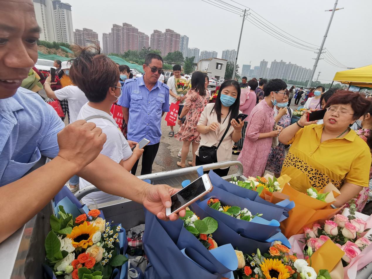 有的衡水中学考生家长准备了鲜花。 澎湃新闻记者 张家然 图