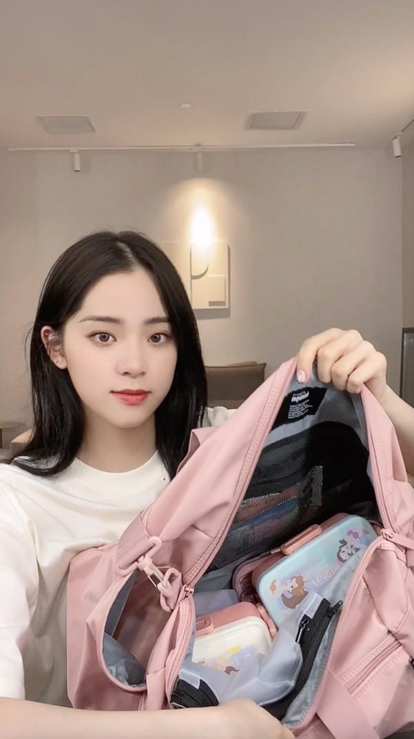 """欧阳娜娜晒健身包 Keep 手环 B2游戏版获赞""""平价版健身环"""""""