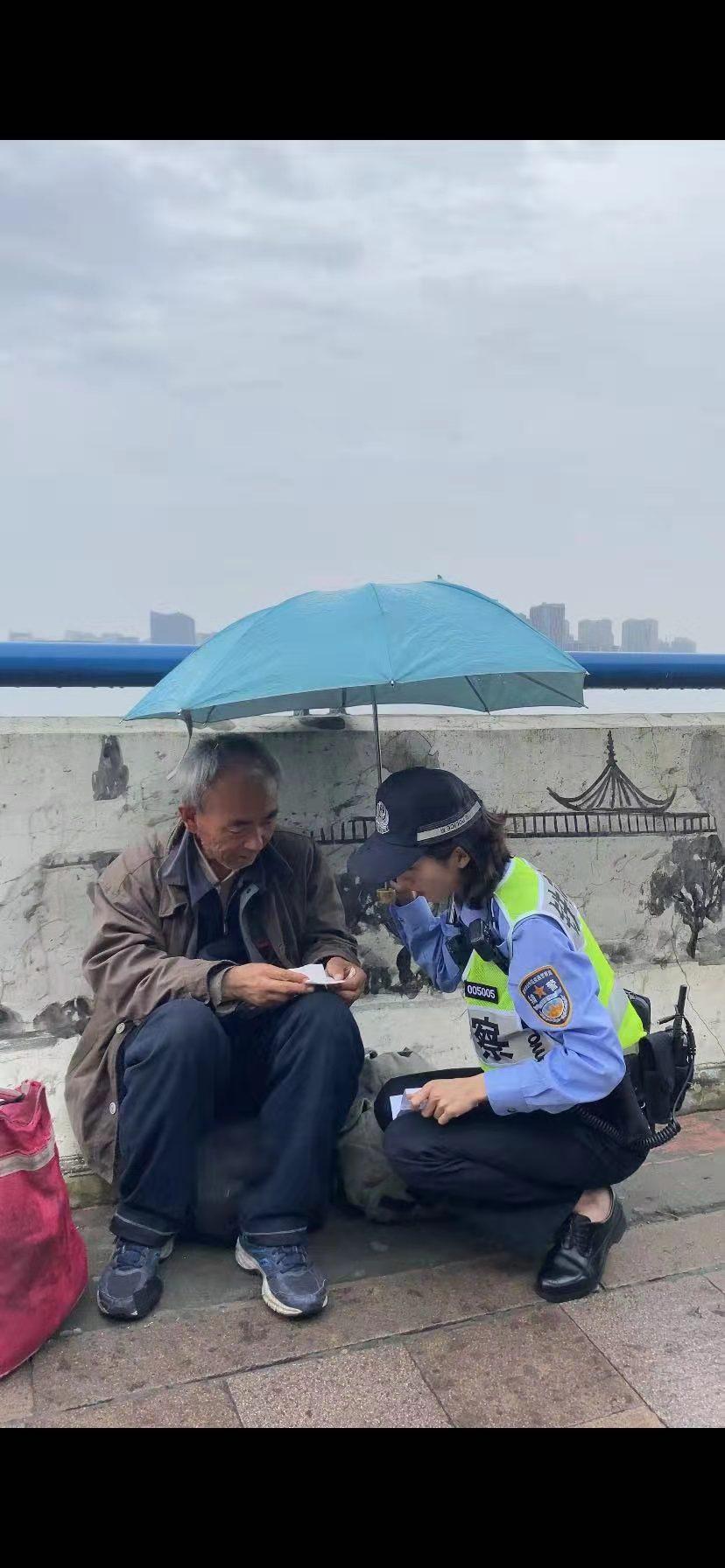 钟萍救助流浪大伯时被同事拍下。