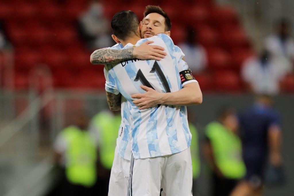 球员进球,梅西与球员拥抱庆祝