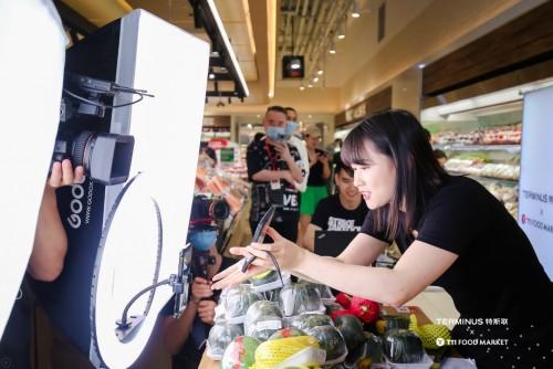 线下购物+直播沉浸式体验,就在这家店!来这家店围观网络红人直播秀