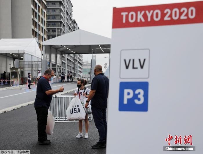 7月13日,日本东京奥运会运动员村正式开村,迎接来自世界各地的运动员入住。受新冠疫情影响,当日未举行入村仪式等庆典活动。图为一名美国队的工作人员出现在运动员村入口处。