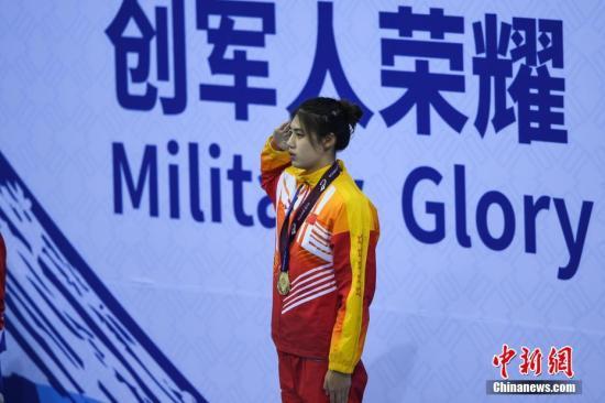 张雨霏在颁奖仪式上。 中新社记者 何蓬磊 摄
