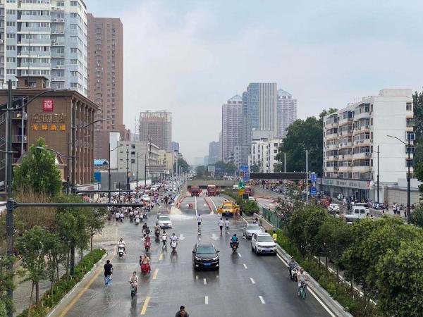 积水最深13米的郑州京广路隧道还在抽排 失联少年父母深夜等待