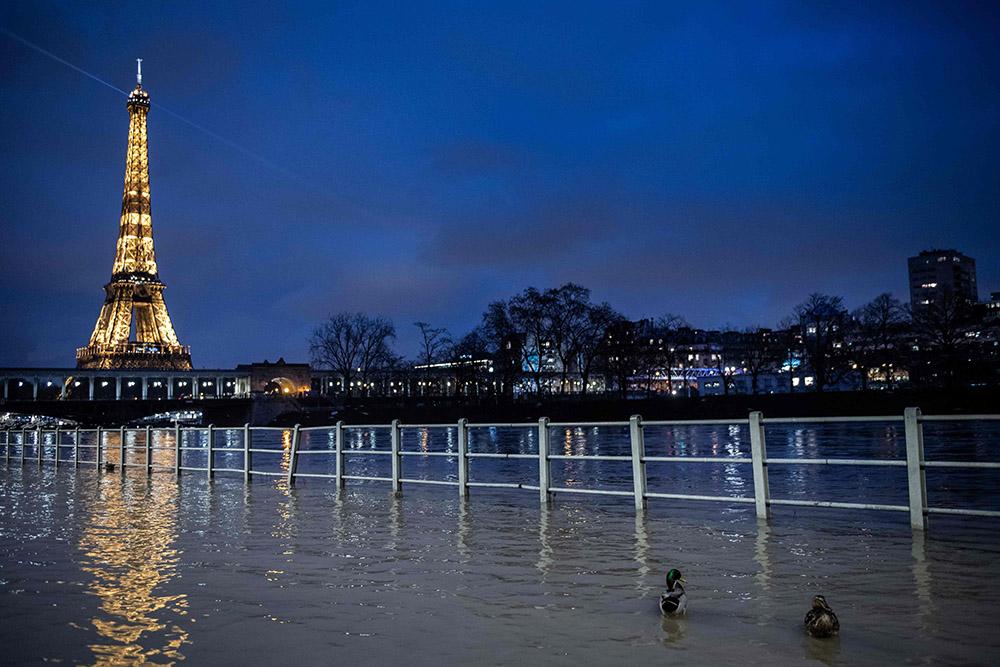 当地时间2021年2月1日,法国巴黎,塞纳河两旁道路被洪水淹没。 人民视觉 图